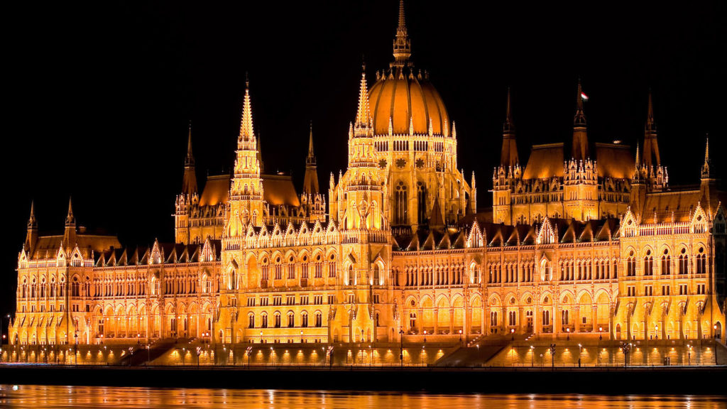 Hungary Budapest parliament night lights water Danube river Wallpaper 1024x576 - Los 10  Lugares que NO te Puedes Perder en Budapest
